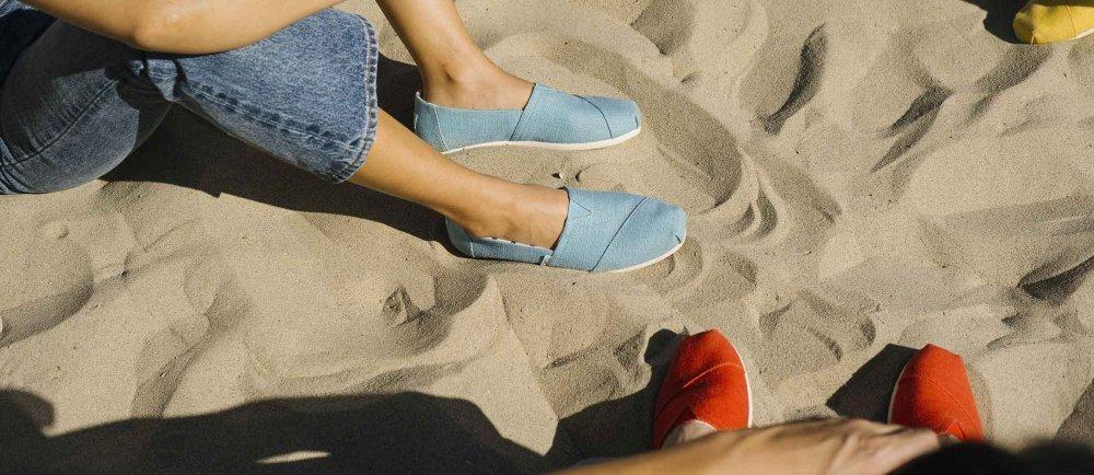 Grosse Auswahl der Kult-Schuhe von TOMS im Onlineshop von rrrevolve.